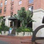 de ingang van het hotel