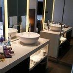 Washbasin and bathroom amenities