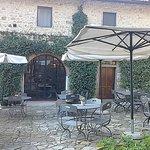 l'ingresso e i tavoli dell'esterno