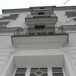 Вид на курительные балкончики с садика...