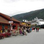 ormeggio navi da crociera e negozio souvenirs