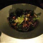 Entrada: Salada verde com peito de ganso defumado e linguicinha de javali.