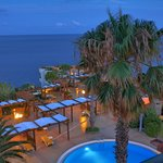 Abendlicher Blick vom Balkon auf den Pool und das Meer