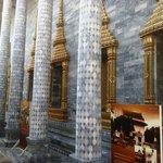 Particolare del colonnato in tessere di marmo