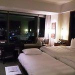 部屋の真ん中、ベッドの足もとに置かれたエキストラベッド