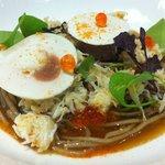 Emieté de tourteau, soba au bouillon d'oignon brûlée et champignon de Paris.