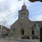 De kerk, gelegen tegen het restaurant. De pastoor is een zéér vriendelijke kleurling.