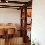 La salle du petit-déjeuner et ses boiseries anciennes