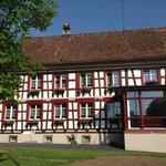 La façade de l'hôtel côté est