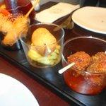 Nidos de langostino, croquetas de jamón y pollo crujiente
