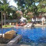 πισίνα με πολύ λίγες ξαπλώστρες