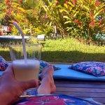 Drink de boas vindas oferecido pela pousada no jardim.