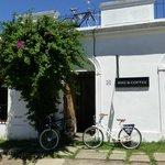 Bike & Coffee, enfrente de la Puerta