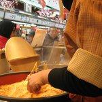 aqui puedes comer sake dulce caliente y ricas  bolitas de arroz