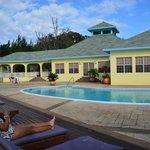 La piscina y restaurante