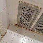 L'humidité attaque, placard salle de bains rouillés et sales