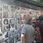 Aspecto de los vendedores de recuerdos en la esquina del hotel