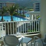 Vista desde el balcon a la piscina