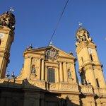 церковь Театинеркирхе на площади