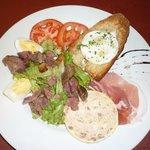 Médaillon de pâté de Foie gras, gésiers, jambon de pays et Cabécou