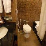 Banheiro muito pequeno e com vazamento