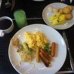 На завтрак подают и тайскую, и европейскую еду. Фреш из гуавы.