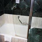 Une vue de la salle de bain
