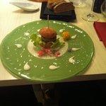 Hamburger di pesce sciabola con pane fatto in casa dal ristorante. Bellissima presentazione e sa