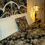Queen bed, with comfortable, firm mattress & good pillows