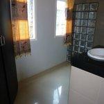 Det ene af to badeværelser på værelset; Bruser, håndvask og skab med safety box. Der er ingen dø