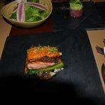 Запеченая рыба, саоат с тунцом и руколой, закуска с тунцом и авокадо
