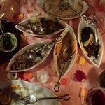 platos variados sobre mesa en flores y velas aromáticas