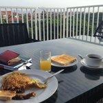 Завтрак на террасе отеля
