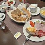 朝食盛りだくさんあります