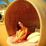 Пляж, те самые знаменитые лежаки)