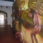 interiores del pasillo, obras de arte en las paredes
