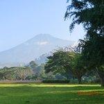 il Mount Meru visto dallo splendido giardino dell'hotel