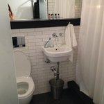 Cuco, la ducha no da a la habitación es la puerta del baño la que sí es transparente