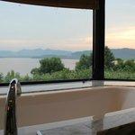 スイートのバスルームからの西湖の眺め
