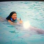Xtay me llevaba nadando,agarrada de su aleta dorsal,divino!