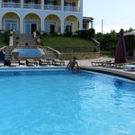 la grande piscine a l arriere de l hotel