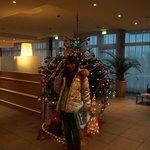 こじんまりとしたロビーにクリスマスツリー