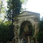 Бассейн в саду с13 головами Рихардов Вагнеров