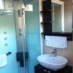Baño muy limpio y ducha de hidromasaje
