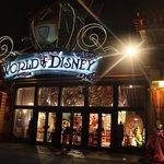 A enorme loja da Disney