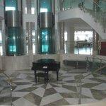 Un piano en el centro