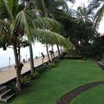 Jalan setapak milik hotel yang langsung berbatasan dengan laut