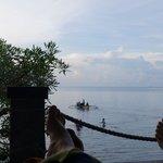 Bersantai di bale-bale sambil melihat laut lepas