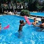 bimbi in piscina