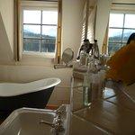 Eine Aussicht in Richtung der Zugspitze bietet das Bad in Zi. Nr. 82.